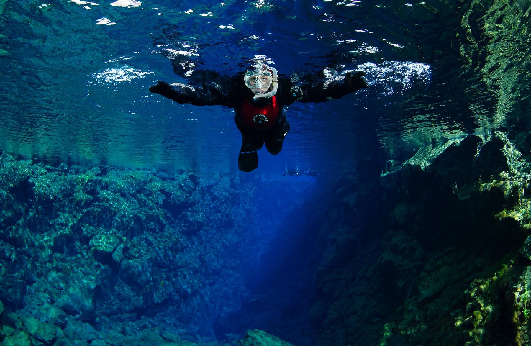snorkeler-silfra-iceland-visibility-tobias-friedrich.jpg