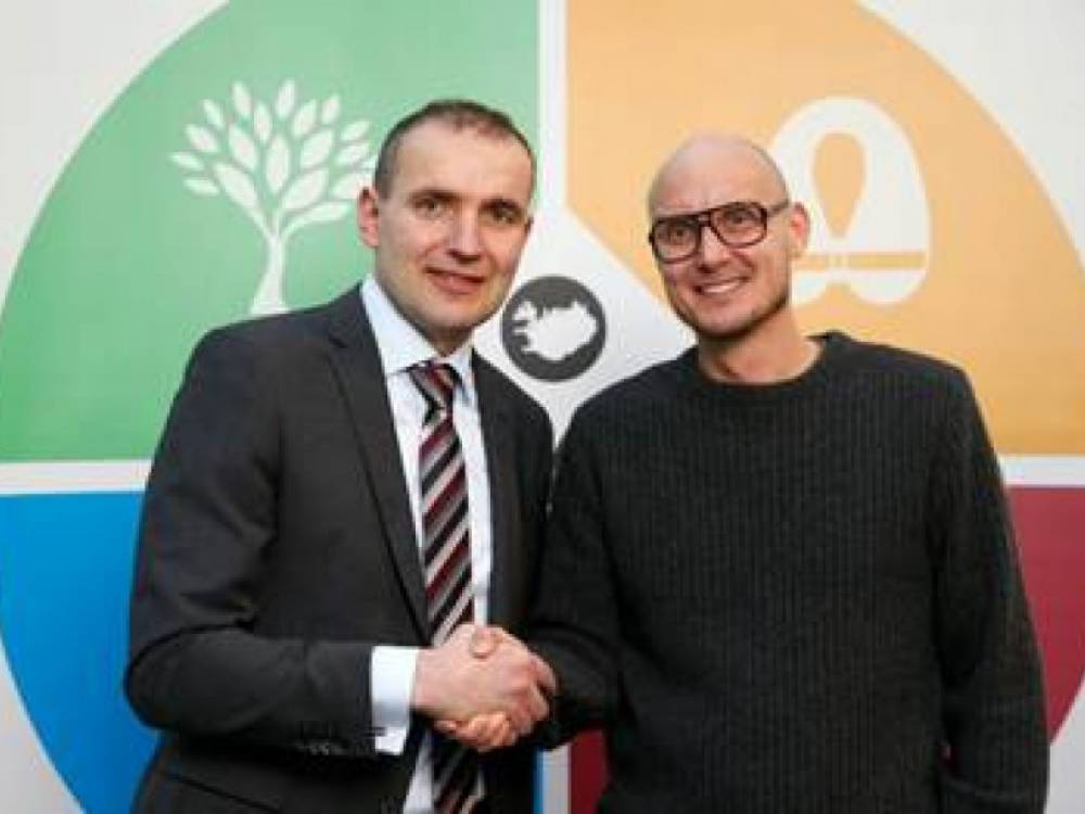 Owner of DIVE.IS Tobias Klose, shaking hands with the president of Iceland Guðni Th. Jóhannesson