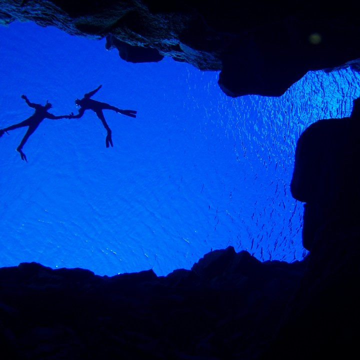 snorkelers_holding_hands_silfra-silhouettes-tobias-klose-720x720.jpg